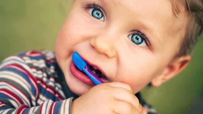 Brossage des dents de bébés